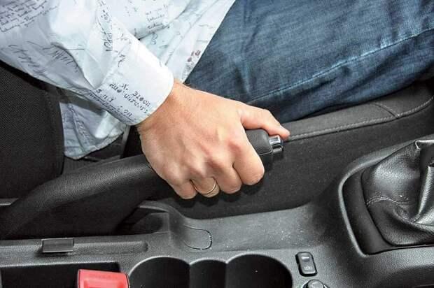 Выжимание ручного тормоза/ Фото: rad-star.ru