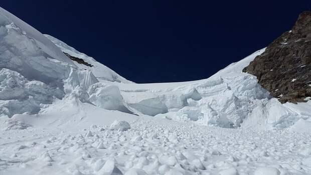 Опубликовано видео схода лавины на горнолыжном курорте в Швейцарии