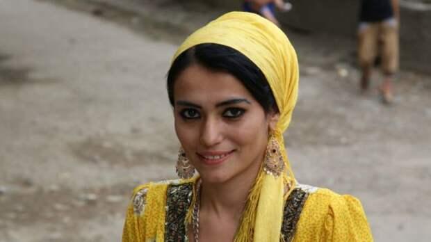 Самая красивая девушка Таджикистана работает дворником
