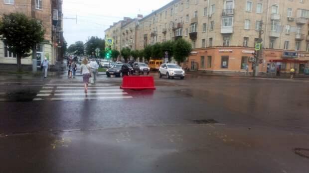 И вновь провал: асфальт обрушился на улице Ленина в Ижевске