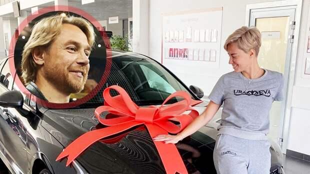 «На машину денег не хватило, пришлось доплачивать левой рукой». Карпин подарил жене автомобиль
