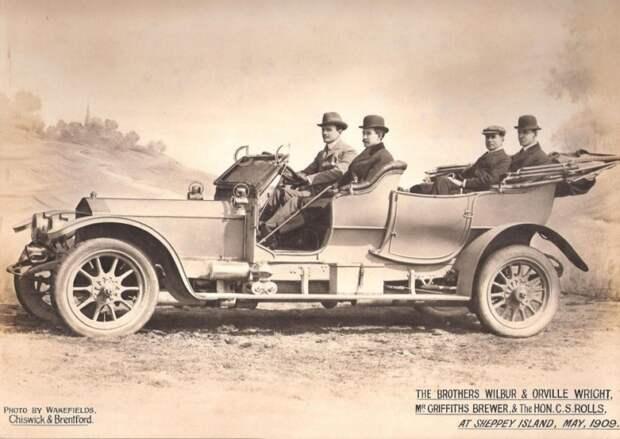 Чарльз на Rolls-Royce 40/50 h.p. катает особо почетных гостей – знаменитых братьев Райт, совершивших первый успешный полет на самолете. На фото Уилбур и Орвил на переднем плане rollce-royce, авиация, авто, автоистория, история, летчик, факты, чарльз роллс