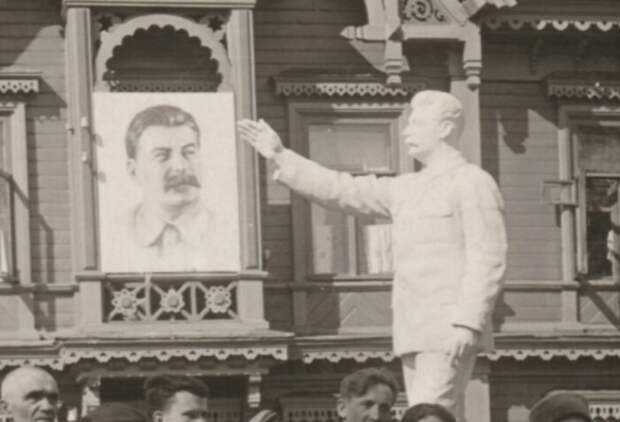 Памятников Сталину тоже было много.