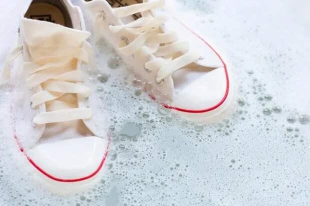 белые кеды в мыльной воде