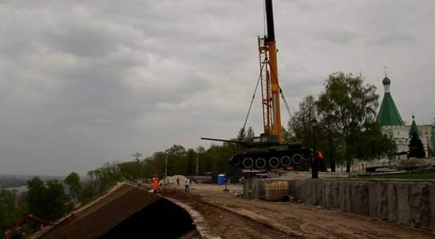 Танк Т-34 в Нижегородском кремле временно сняли с постамента