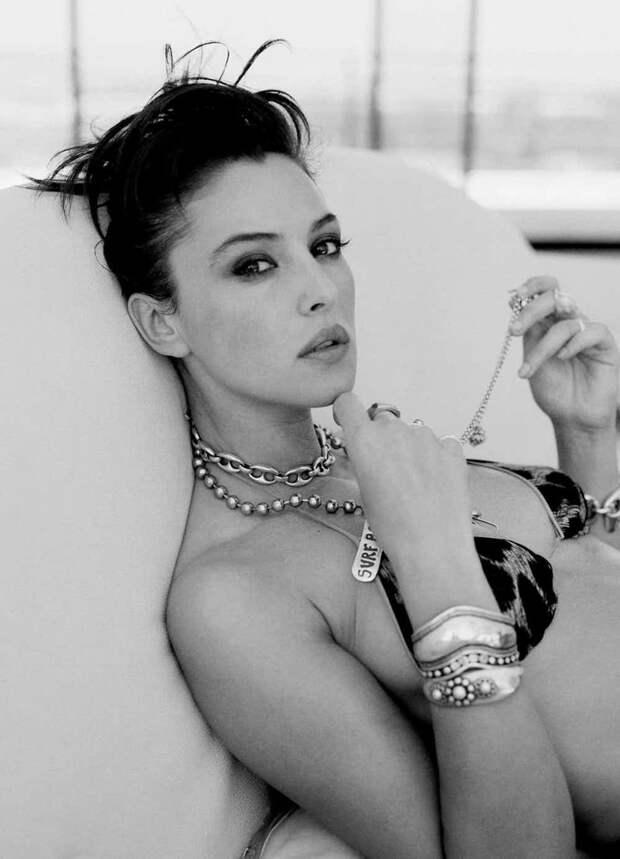 Фото в купальнике в черно-белом варианте. И этот взгляд, покоривший миллионы.. актриса, знаменитости, кинодива, красота, моника беллуччи, самая сексуальная женщина, секс-символы, фото