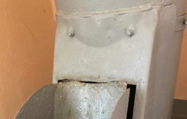 На Ферганской мусоропровод сломался на несчастливом этаже