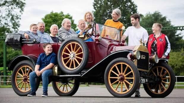 101-летний поклонник автомобилей Ford получил в подарок от компании новейший электромобиль
