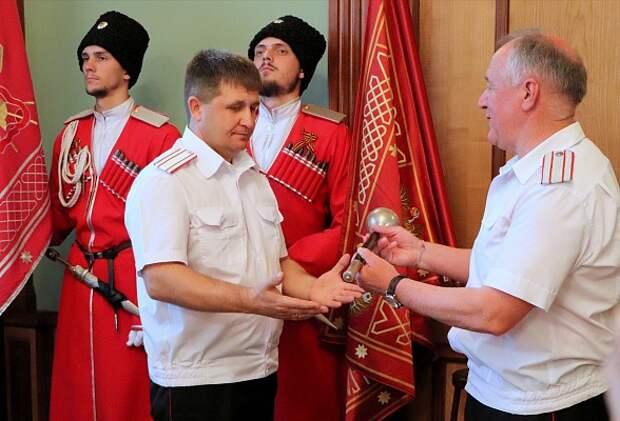 Вице-губернатор Александр Власов принял символ атаманской власти