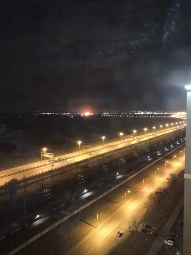 Очевидцы: В районе Горелово под Петербургом загорелось производственное здание