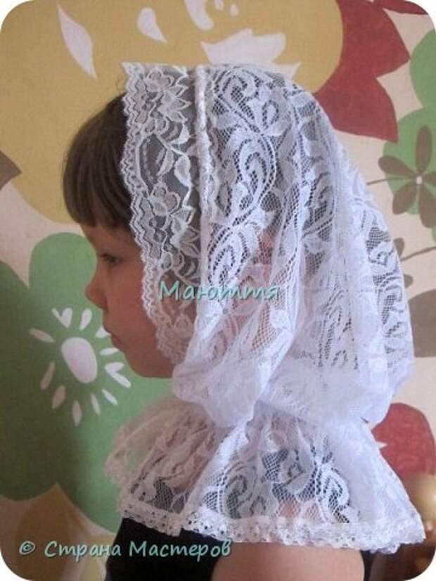 Чем хороши подобные платки? 1) они не спадают с головы даже при поклонах, 2) закрывают плечи, что немаловажно летом, когда хочется одеть сарафан, но из-за открытых плеч приходится от него отказываться 3) очень красивы и эффектны! Особенно на венчании невеста будет невероятно хороша в таком платке Шьется такой платок из гипюра, фистонного кружевного полотна, просто из шелка и обшивается соответствующим кружевом. Расход: при ширине гипюра 140-150см из 110-120см у вас выйдет 2 платка; кружево на данный размер 3-3.5 метра (на 1 платок); 1.5- 1.6 метра косой бейки в тон; 1.5 м тонкой атласной ленточки; 2 концевика (или 2 бусинки) Данный платок шился для взрослого человека, но моделью работает моя 5и летняя дочь))), хотя на взрослом платок смотрится, практически, так же красиво фото 15