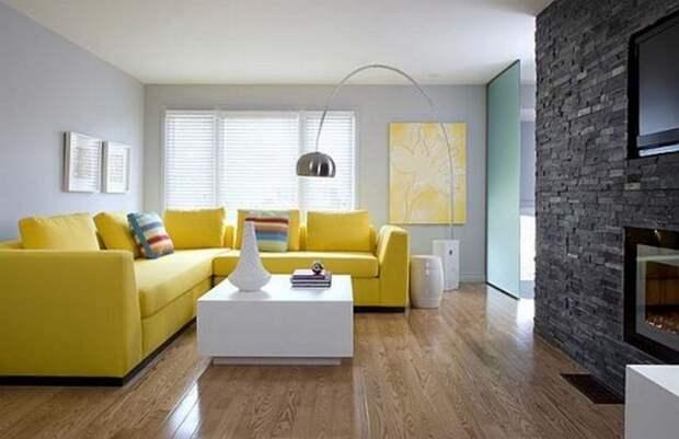 Просто прекрасный интерьер в гостиной создан благодаря таким ярким желтым акцентам на фоне серого.
