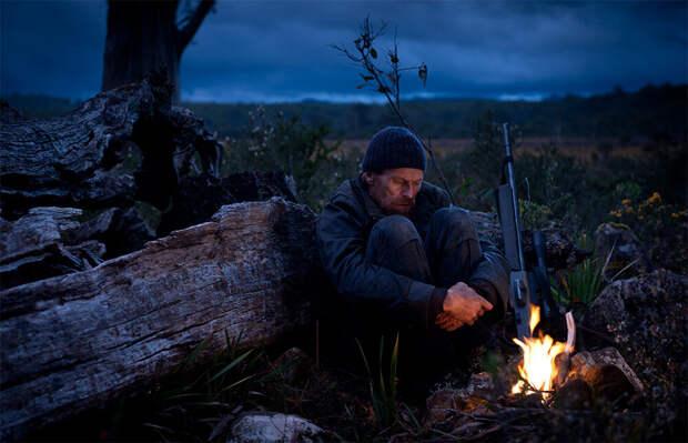 Охотник ночью в лесу. Иллюстрация из открытых источников.