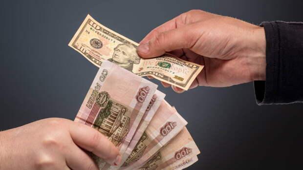 Россиянам посоветовали покупать доллары США