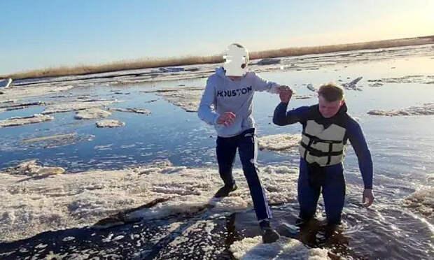 Все убежали, один— несмог. ВСеверодвинске спасатели помогли подростку выбраться со льдины, на которой тот катался