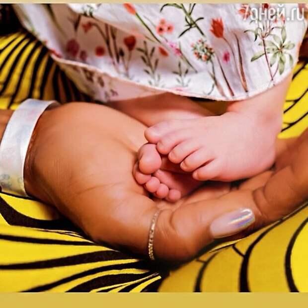 Первенец в 50: Наоми Кэмпбелл показала новорожденную дочку