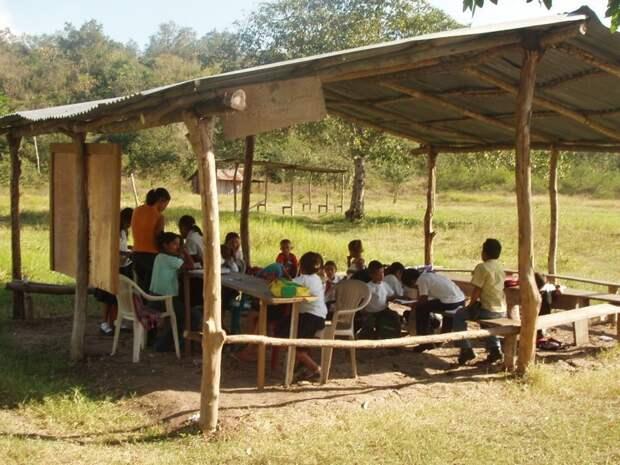Потому что вот в этой мексиканской школе нет даже их. Всё что осталось — некое подобие парт, стулья и навес над головой, спасающий от солнца прикол, школа, юмор