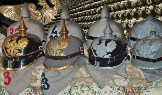 Немецкие пикельхельмы с чехлами и без них / Фото: sammlung.ru