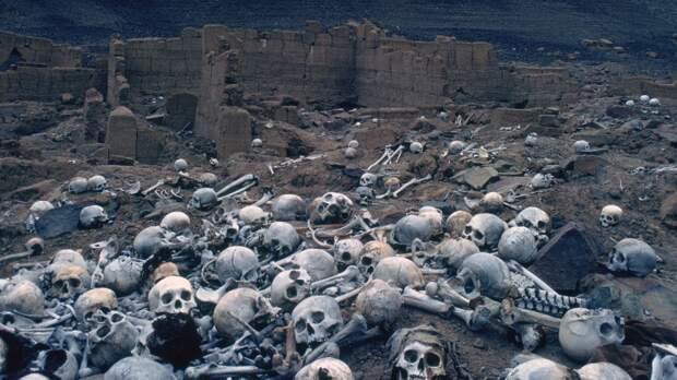 На кладбище Чаучия в пустыне Сечура в Перу