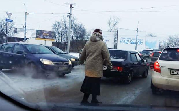 Мама может: женщина расчистила пробку для машины сынка