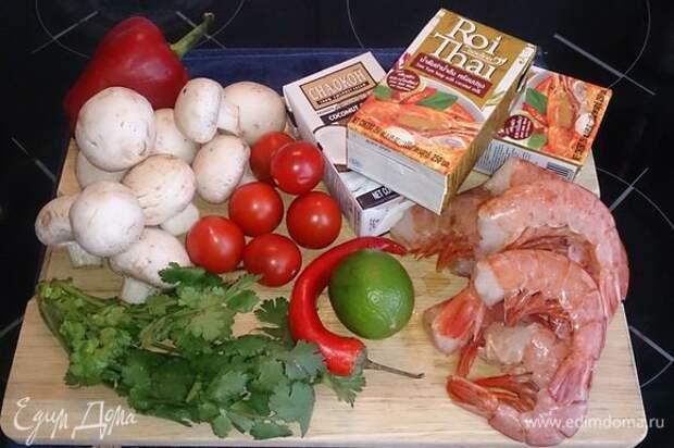 Исходные продукты. Вы по желанию можете приготовить самостоятельно или использовать (как в моем случае) готовую основу для супа.