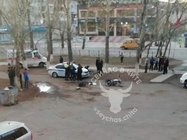 Мотоциклисты и водитель иномарки устроили драку на улице в Краснокаменске (18+)