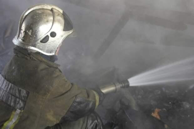 Пожар в здании автосервиса в Невском районе Петербурга тушат 20 сотрудников МЧС