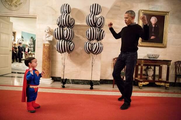 С сыном пресс-секретаря Белого дома Джоша Эрнеста Уокером во время вечеринки по случаю Хеллоуина.