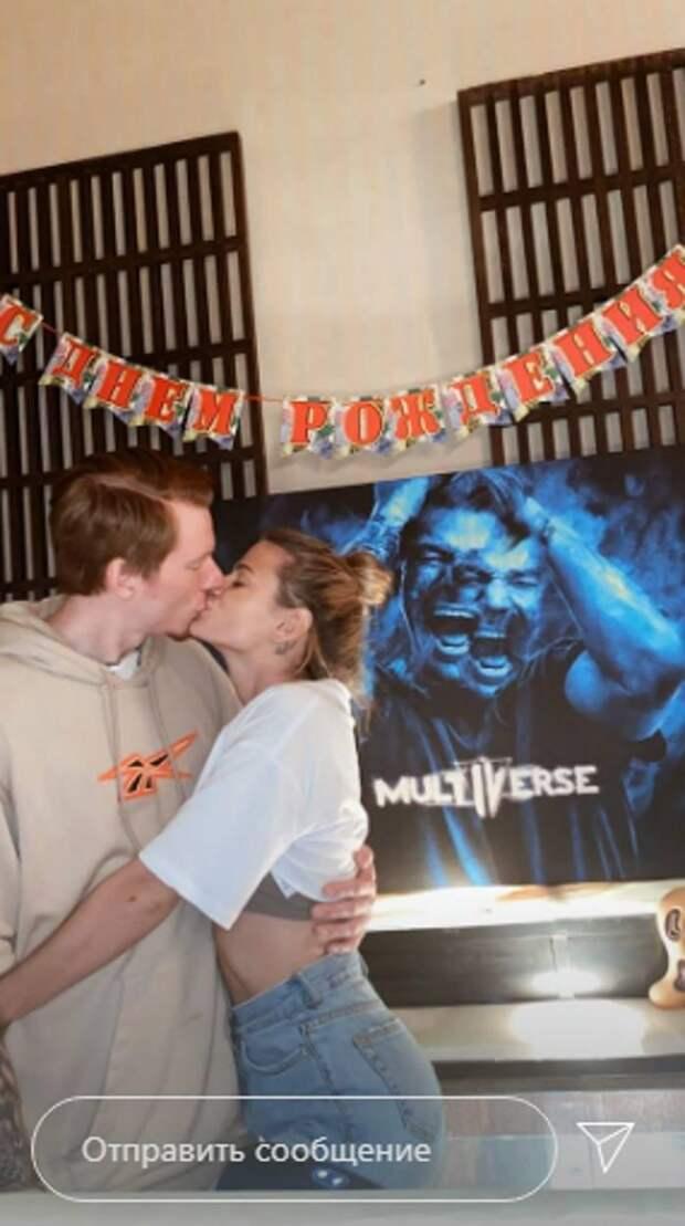 Не скрывая чувств: невестка Орбакайте поцелуем поздравила мужа с 29-летием