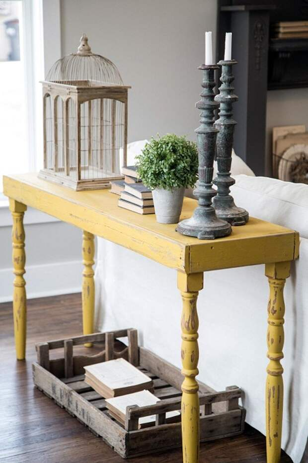 Оформить нестандартно гостиную возможно благодаря такому интересному столику в деревенском стиле.