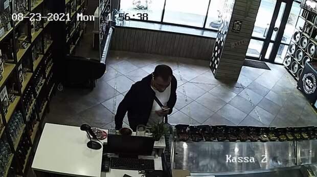 В Северном Тушине у продавца магазина украли телефон