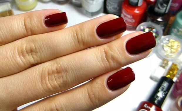 Женские ногти тоже гораздо чаще красные, чем, к примеру, синие.