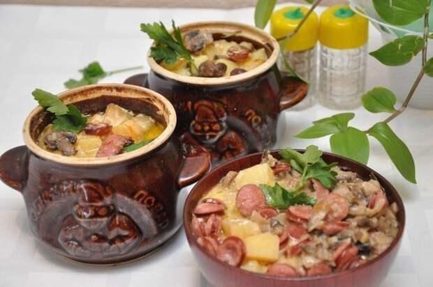 Рецепт на выходные. Охотничьи колбаски с картофелем в горшочках