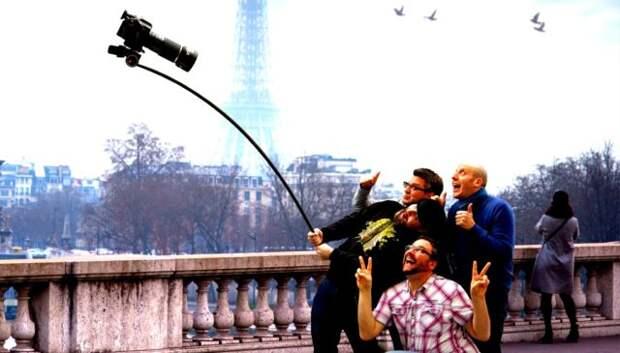 трое мужчин делают селфи с помощью камеры