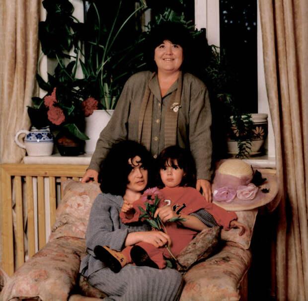 Виктория Токарева с дочерью и внучкой. / Фото: www.e-libra.ru