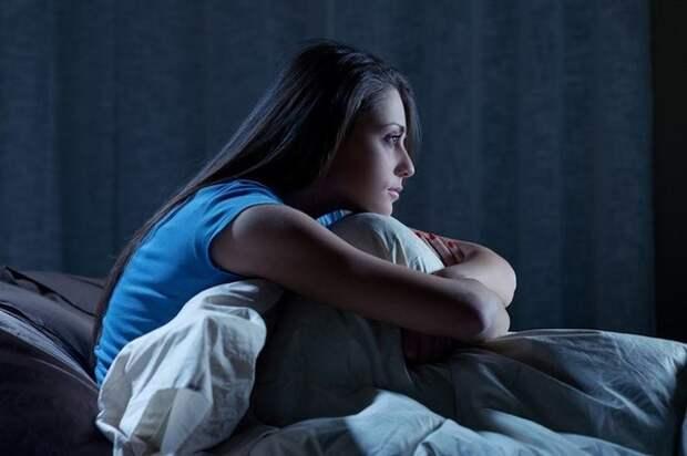 Если мысли не дают уснуть ночью, запишите их. От этого голова станет более ясной и вас начнет клонить ко сну....