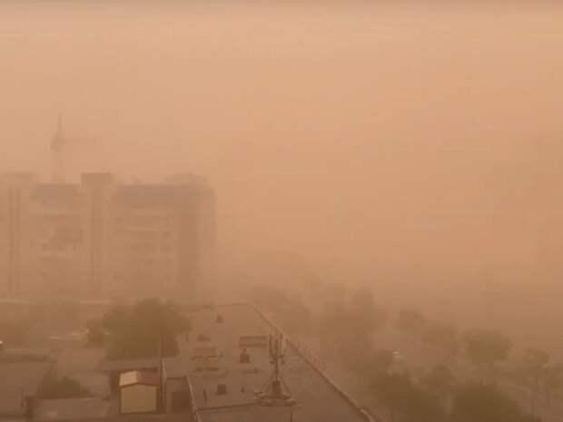 В Астрахани, охваченной пыльной бурью, на юношу упали части балкона
