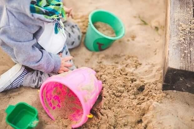 Во дворе на Волгоградском отремонтировали песочницу — Жилищник