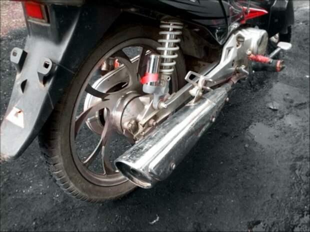 В Петербурге на перекрестке столкнулись два мотоциклиста