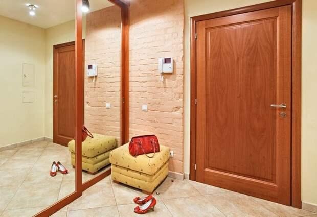Размещайте розетку и выключатель недалеко от входной двери / Фото: luxurylinefurniture.com