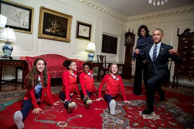 Обама работает над растяжкой в компании женской олимпийской сборной США по спортивной гимнастике.