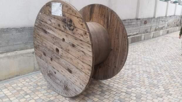 Вторая жизнь большой деревянной бобины (13 фото)