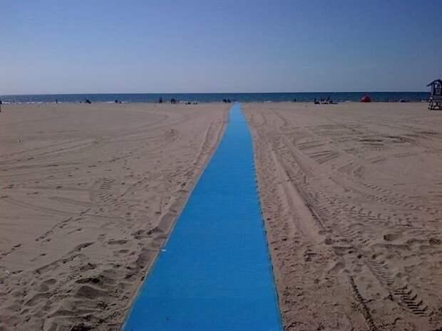 По этой дорожке через пляж к морю легко подъедет и детская, и инвалидная коляска идеи, необычно, нестандартно, нестандартные идеи, оригинально, оригинальные решения, проблемы, решения