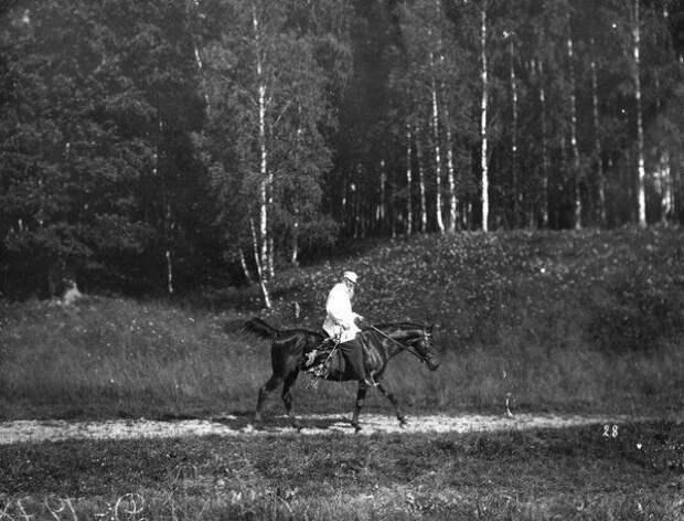 Лев Толстой с любимым конем Делиром.
