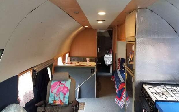 Бывший летчик переоборудовал самолет в дом на колесах