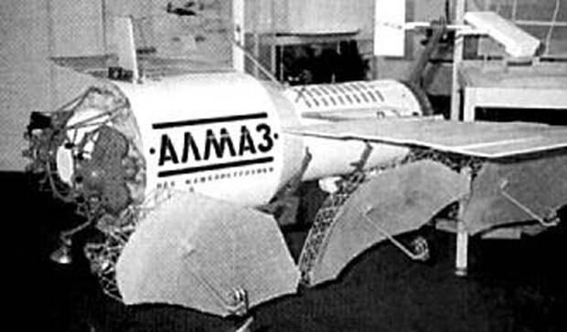 Станция «Алмаз» Несмотря на обилие спутников, которые СССР запускало на орбиту в то время, реальных кандидатов на превращение в «Звезду смерти» у правительства не было. В кратчайшие сроки была разработана и выведена на орбиту пилотируемая станция спецназначения «Алмаз». Этот аппарат имел самое современное шпионское оборудование и должен был стать козырем в рукаве партии: предполагалось, что у противника не будет времени на разработку аналогичного проекта. Именно на эту станцию конструкторы и задумали установить новую космическую пушку.
