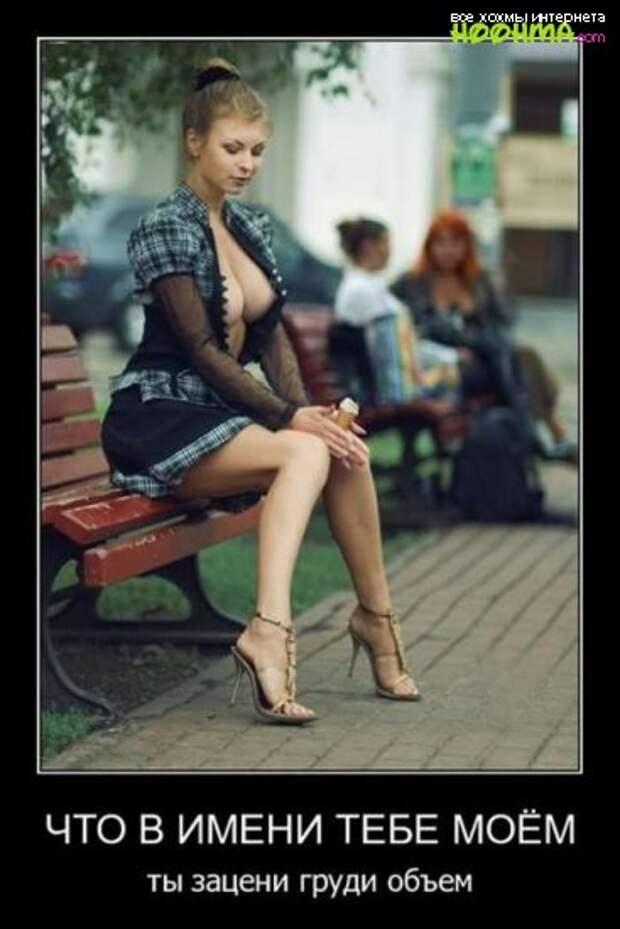 День после праздника.  У подъезда на ступеньках сидит мужчина, голова на коленях...