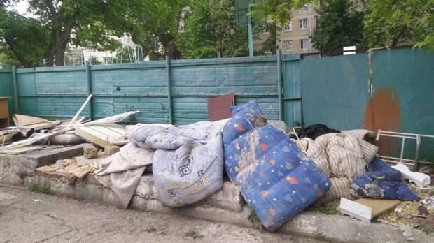 Сколько мусора убирают в Симферополе вокруг контейнерных площадок