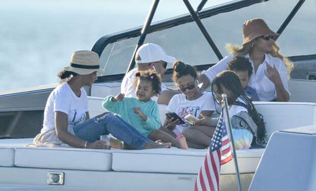 Редкое появление: Бейонсе и Джей Зи с детьми замечены на яхте в Хэмптонсе