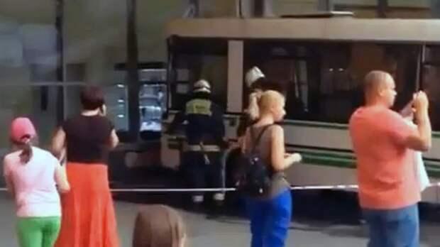 В Москве автобус въехал в витрину магазина